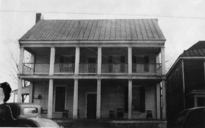Mahone's Tavern pre-1956, before the full balcony  and two columns were removed.
